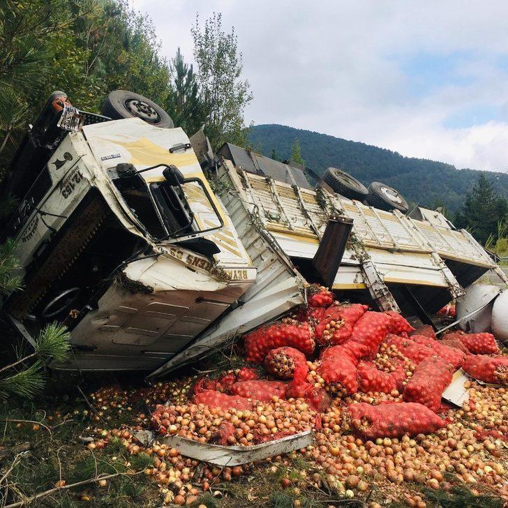 Soğan yüklü kamyon devrildi: 1 yaralı