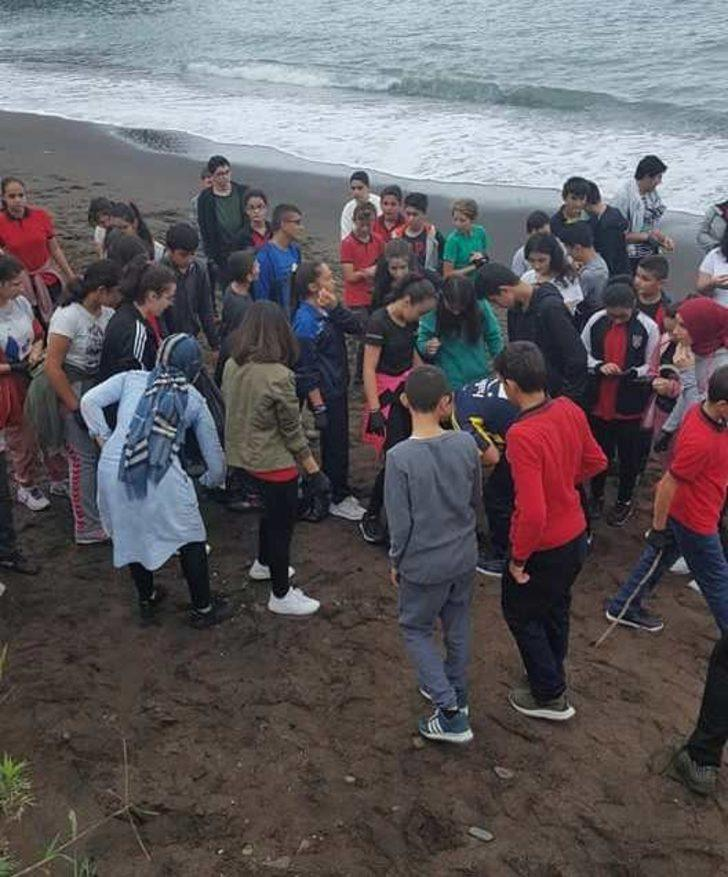 Öğrenciler kumsalda çöp topladı