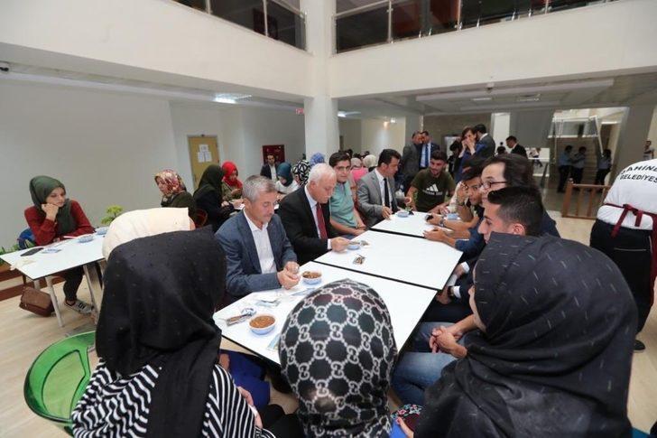 Başkan Tahmazoğlu'ndan öğrencilere aşure ikramı