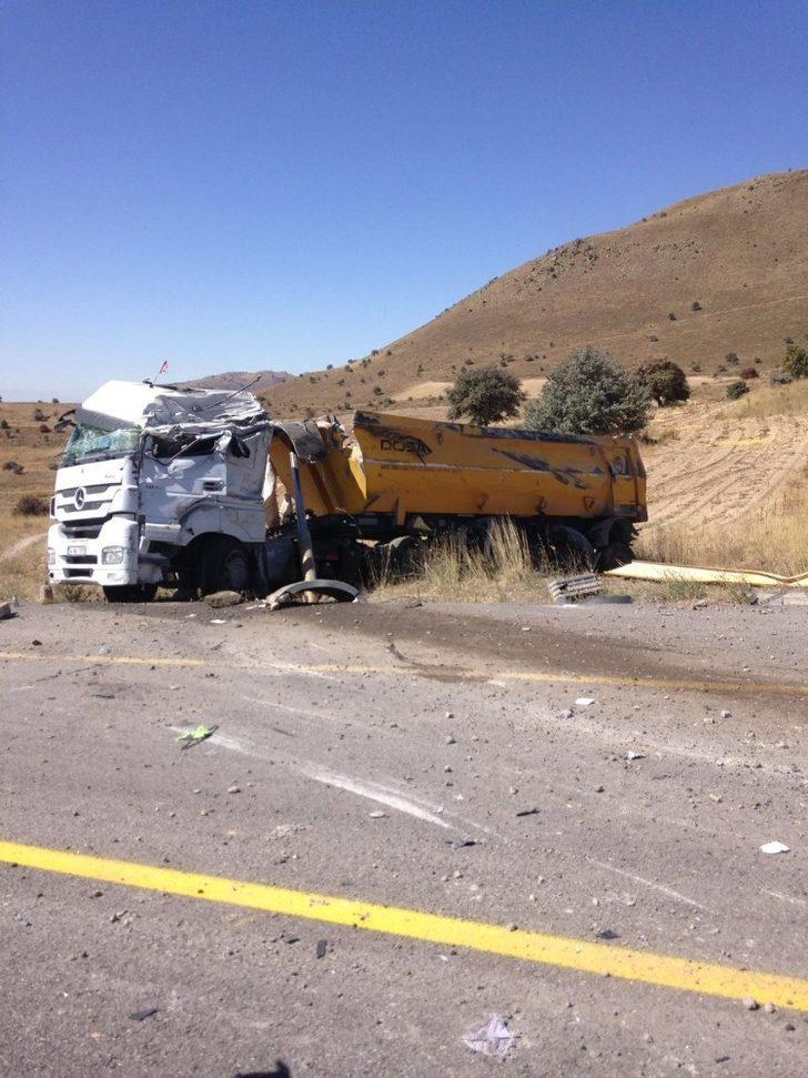 Direksiyon hakimiyeti kaybolan kamyon devrildi: 2 yaralı