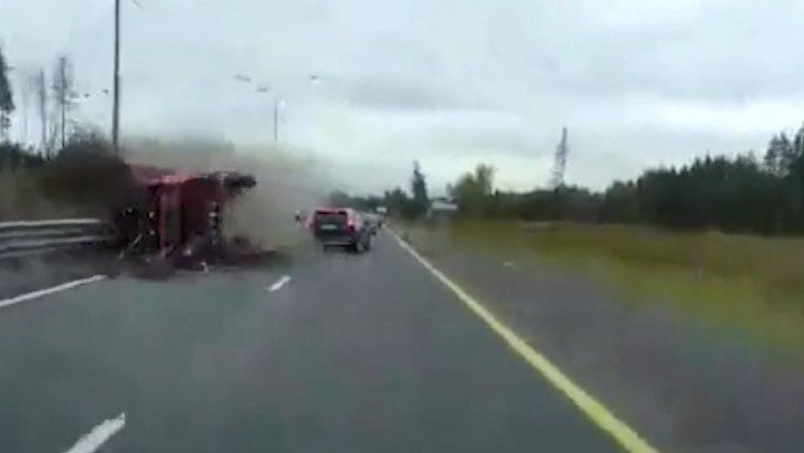 Rusya'da kamyon karşı şeride uçtu