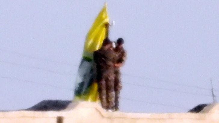 PKK/YPG'li teröristler böyle görüntülendi! Evlerin çatılarına asıyorlar