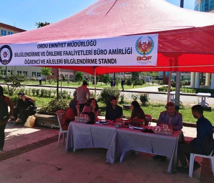 Polisten üniversite öğrencilerinin yanında