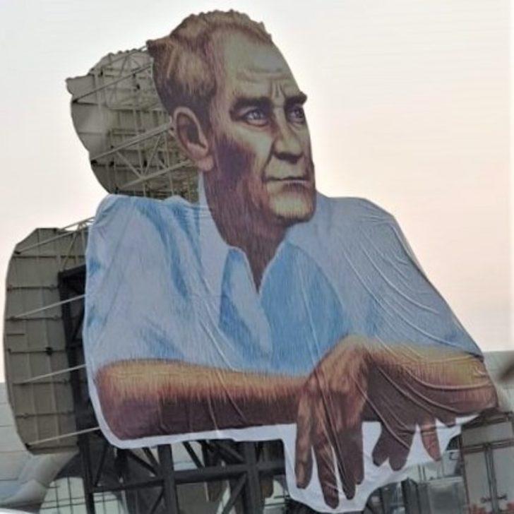 Kırşehir Belediyesi, şehrin girişine Atatürk posteri astı