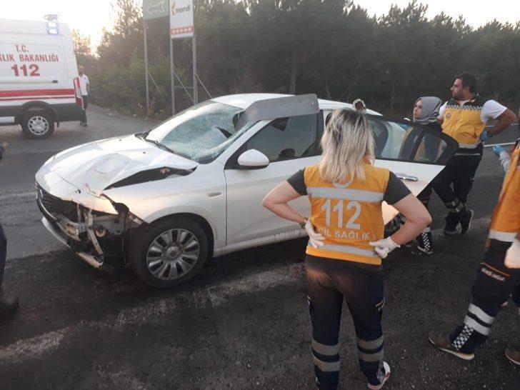 Otomobilin çarptığı tabela aracın ön camından ok gibi içeri girdi