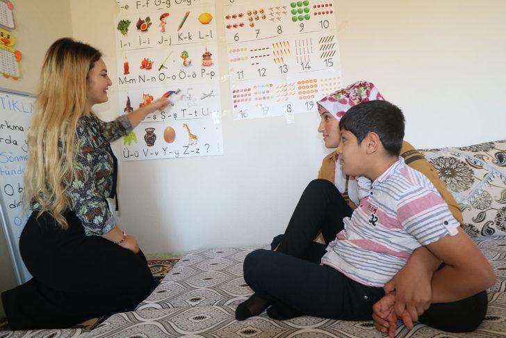 Alime öğretmen, evde eğitim verdiği İsmail'i hayata bağladı