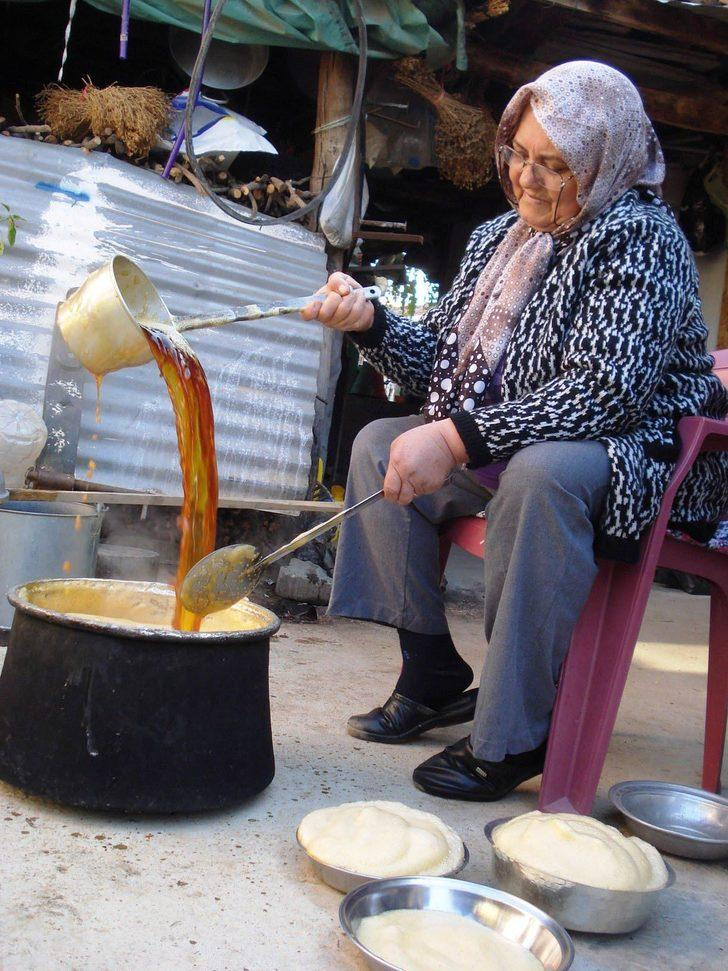 Sarıgöl'de Sultaniye üzümden pekmez yapımına başlandı