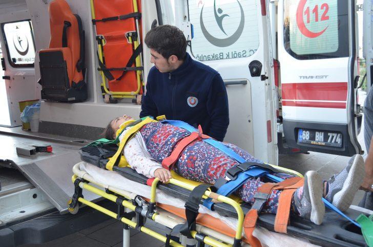 Lastiği patlayan otomobil, şarampole devrildi: 4 yaralı