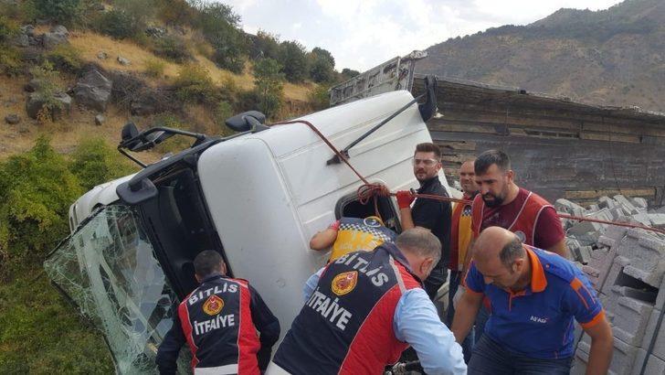Siirt'te virajı alamayan tuğla yüklü tır devrildi: 2 yaralı