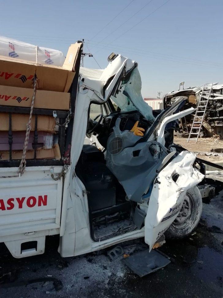 Denizli'de 2 kamyonet çarpıştı: 4 yaralı