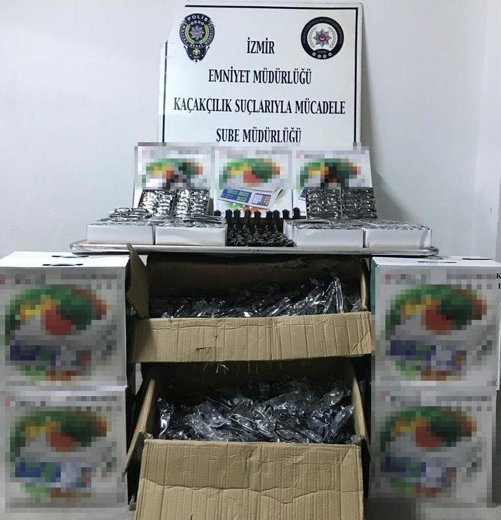 İzmir'de kaçakçılık operasyonu; 'sustalı' bıçaklar ele geçti