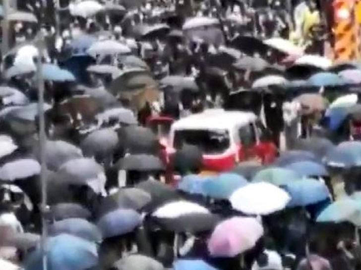 Hong Kong'da taksi eylemcilerin arasına daldı