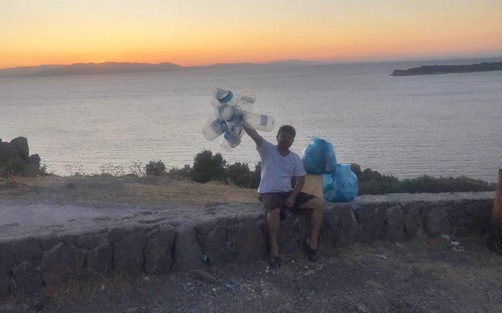 Tatile geldiği Dikili'de sporla temizlik yaparak 21 torba çöp topladı