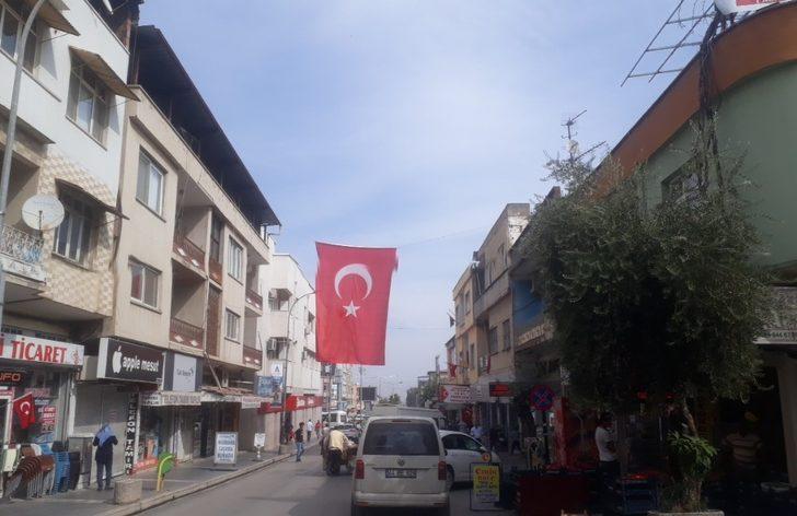 Kırıkhan'da iş yerleri ve evler Türk bayraklarıyla donatılıyor