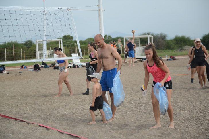 Finlandiyalı voleybolcular Lara sahilini temizledi