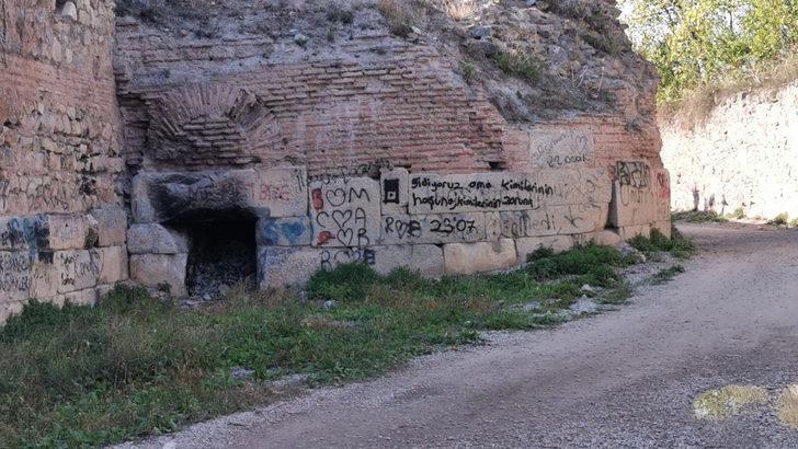 2 bin yıllık surlara, sprey boyalarla yazılar yazıldı