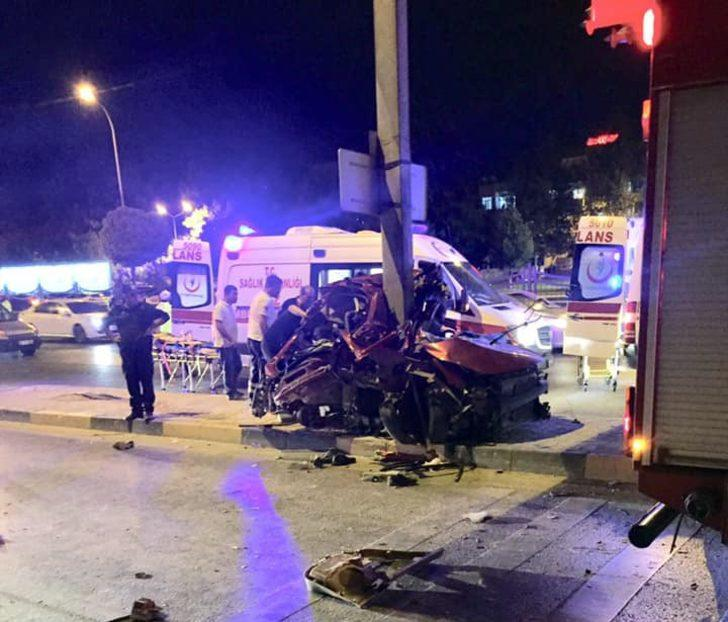 Aydınlatma direğine çarpan otomobildeki 3 arkadaş öldü, 1'i ağır yaralı