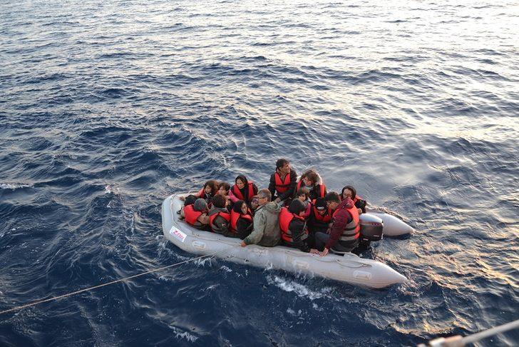 Çanakkale'de lastik bot içinde 35'i çocuk, 74 kaçak göçmen yakalandı