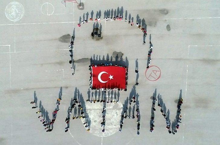 Öğrencilerden Mehmetçik için 'Selam olsun şanlı ordumuza' temalı 'Vatan' koreografisi