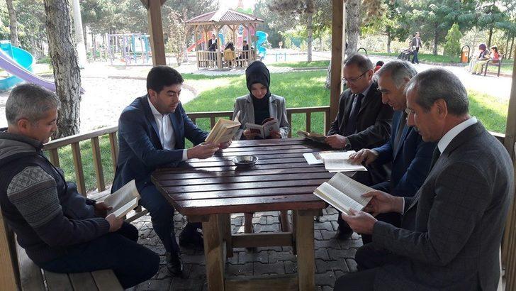 Kaymakam ve belediye başkanı öğrencilerle kitap okudu