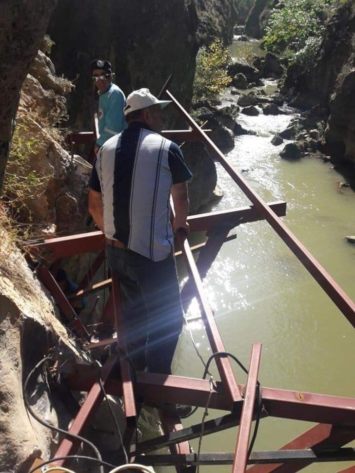 Çal'da doğal kanyonu metalle donattılar