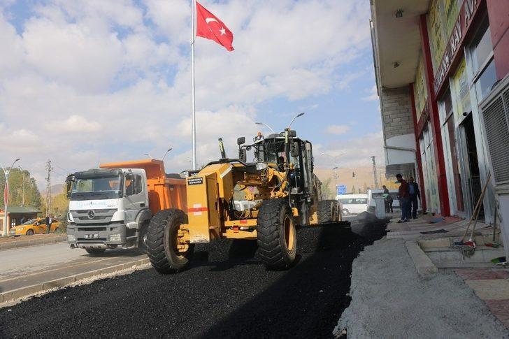 Gürpınar'da yol asfaltlama çalışması