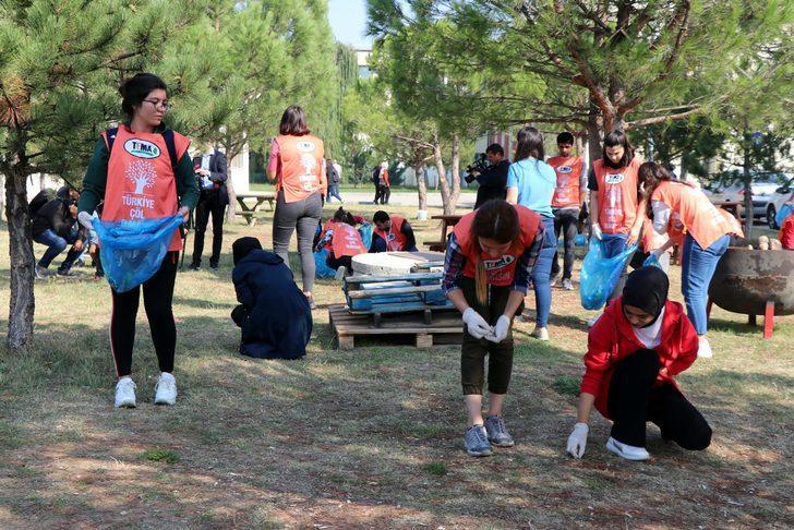 Üniversite öğrencileri, kampüslerini temizledi