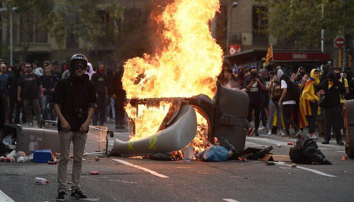 Katalonya'da bağımsızlık yanlısı protestocular Barcelona'da sokaklarda!
