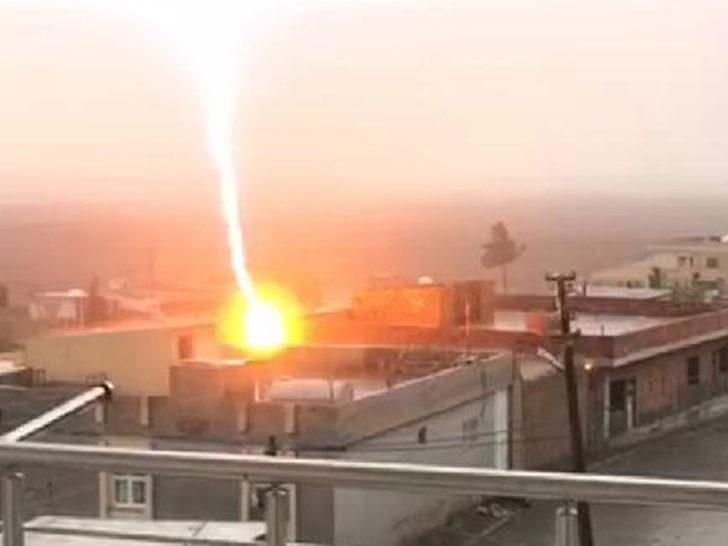 Nusaybin'de bir evin çatısına düşen yıldırım böyle görüntülendi