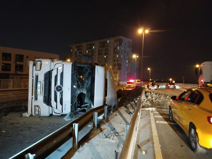 İstanbul'da feci kaza! Hafriyat kamyonu devrildi