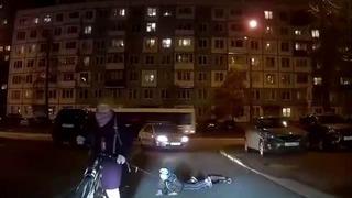 Çocuğunu iple bisiklete bağlayıp...