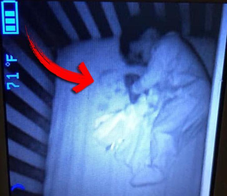 Oğlunun yatağında hayalet gördüğünü sandı, gerçek öğrenilince ise viral oldu
