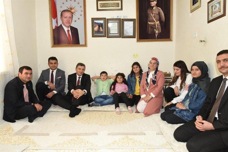 Vali Şahin, şehitlerin ölüm yıl dönümünde ailelerini ziyaret etti