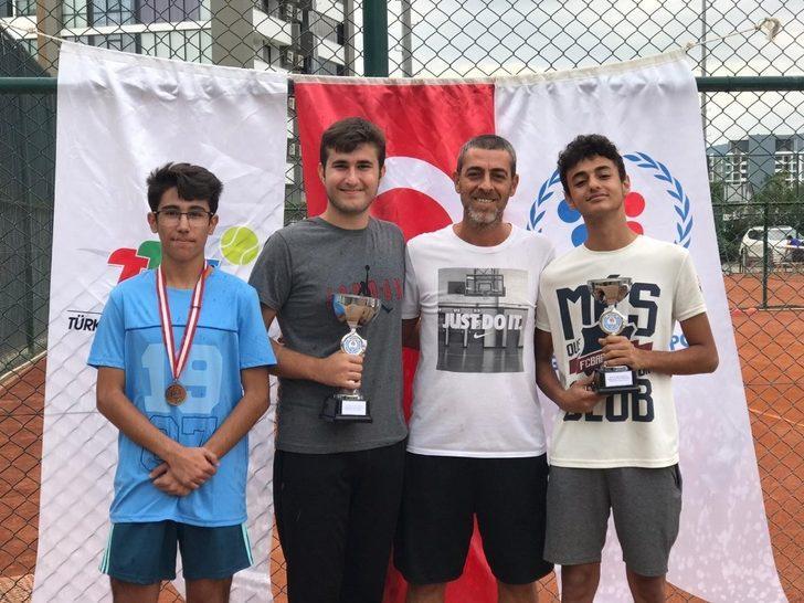 Akdeniz'in genç tenisçilerinden 2 kupa, bir madalya