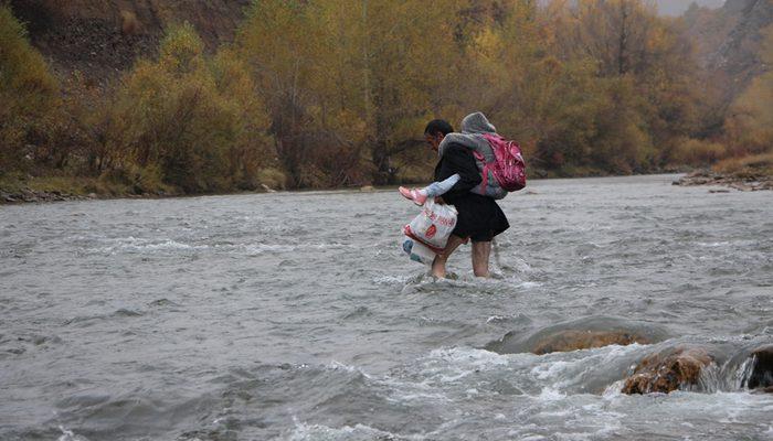 Babadan büyük fedakarlık! Çocukları için dağları aşıp, suları geçiyor
