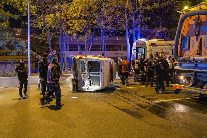 Ankara'da minibüsün çarptığı polis aracı devrildi: 2'si polis 4 yaralı