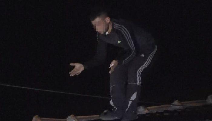 Kovalamaca çatıda bitti! Tabancasının mermisi bitince polislere kiremitlerle saldırdı!