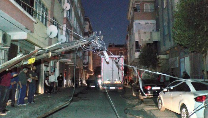 İstanbul Bağcılar'da kamyonet elektrik direğini devirdi