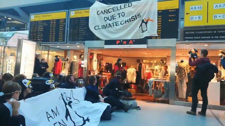 Berlin'de havalimanında iklim protestosu