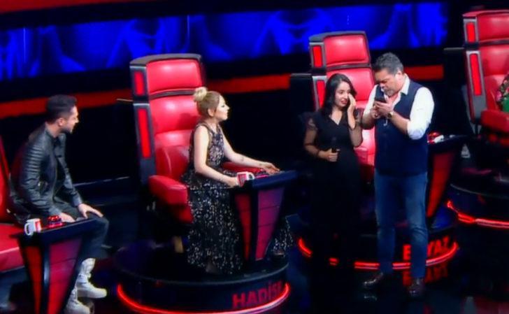 O Ses Türkiye'de Beyaz'dan yarışmacıya sürpriz! Ünlü ismi telefonla aradı!