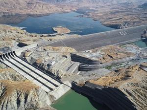 Türkiye'nin vizyon projesi olan Güneydoğu Anadolu Projesi kapsamında yapılan ön yüzü beton kaplamalı kaya dolgu barajlar kategorisinde, gövde hacmi ve kret uzunluğu bakımından Atatürk Barajı'ndan sonraki ikinci büyük konumundaki Ilısu Barajı Hidroelektrik Santrali'nin 3 ay sonra enerji üretimine başlaması planlanıyor. 4 milyar 120 milyon kilovatsaat enerji üretim kapasitesine sahip baraj, ülke ekonomisine yıllık 2 milyar lira katkı sunacak.