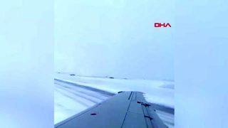 Yolcu uçağı inişi sırasında pistten çıktı