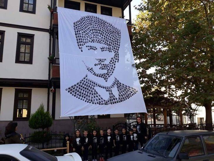 Miniklerin Atatürk sevgisi el izleriyle, portreye dönüştü