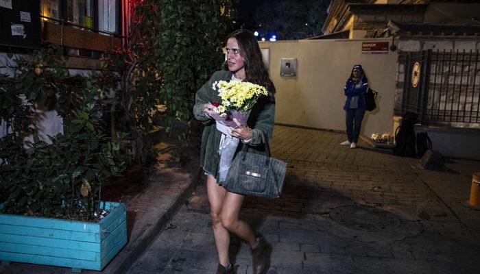 Ölen eski İngiliz istihbarat subayının ofisinin önüne 'ailesi adına' çiçek bırakıldı