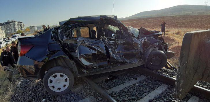 Elazığ'da korkunç kaza! Tren otomobile çarptı: 3 yaralı