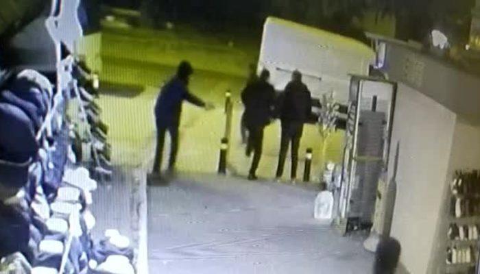 Fatih'te kaldırımda bekleyen adamın silahla vurulma anı kamerada