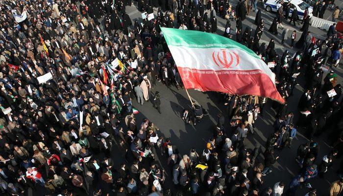 İran'da benzine yapılan zam protesto edildi! Ruhani'den açıklama