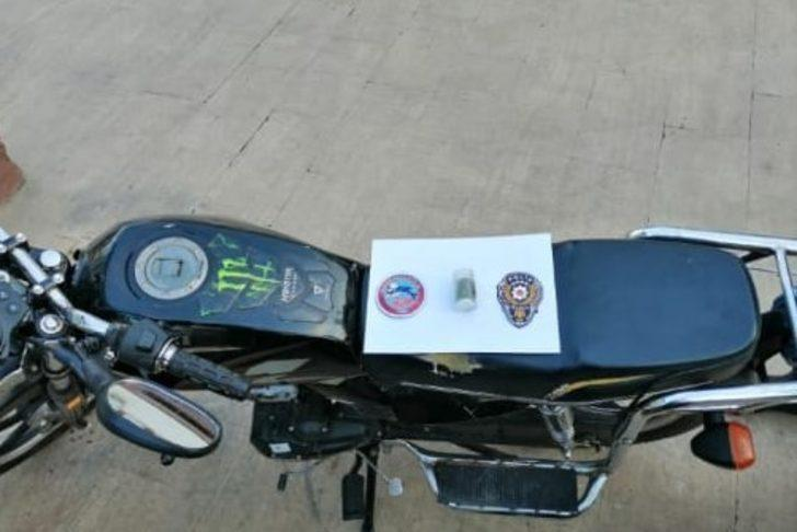 Çalıntı motosikletle gezen şahıstan uyuşturucu madde çıktı