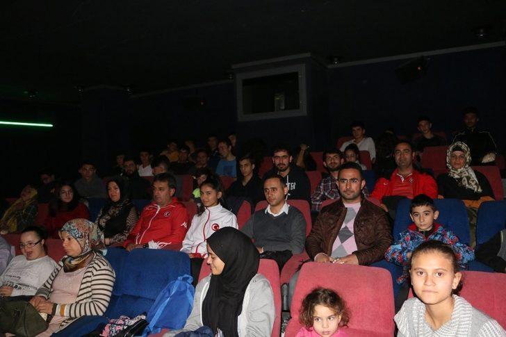 Eskici, Cep Herkülü Naim Süleymanoğlu filmini sporcularla birlikte izledi
