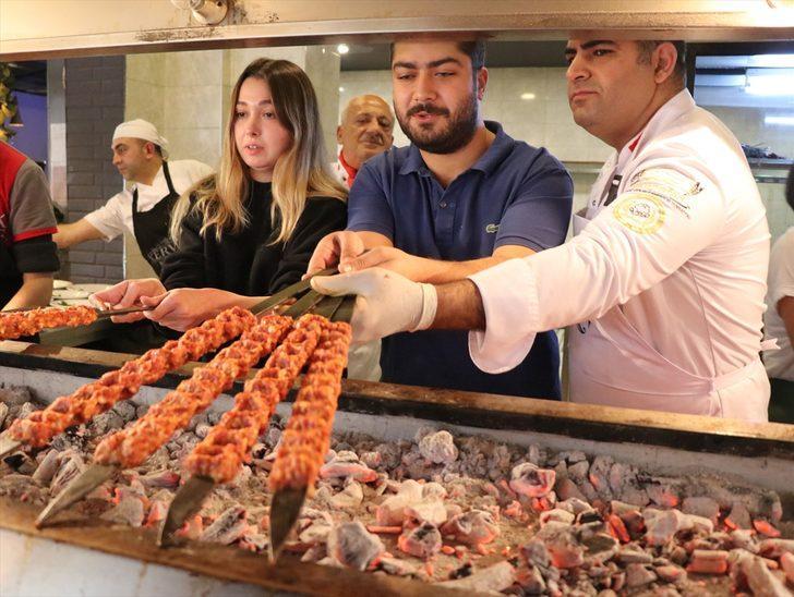 Turistler hem kebap yiyor hem de yapımını öğreniyor